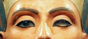 """ARCHIV: Die Bueste der aegyptischen Koenigin Nofetete wird im Berliner Alten Museum ausgestellt (Foto vom 12.08.05). """"Mein Gemahl ist tot, und ich habe keinen Sohn. Aber man sagt mir, dass Du viele Soehne hast. Wenn Du mir einen Deiner Soehne schickst, wuerde er mein Gemahl sein. Ich werde niemals einen meiner Diener zum Gatten nehmen ... ich habe Angst."""" Diese Zeilen schrieb - wenn die Archaeologen die Quellen richtig deuten - im 14. Jahrhundert vor Christus Nofretete, die schoene Koenigin Aegyptens. Jahrelang hatte ihr Gatte Echnaton das Reich regiert, nun war er tot. Sechs Toechter hatte sie waehrend dieser Zeit zur Welt gebracht,- ein maennlicher Thronfolger jedoch fehlte. Nofretete sah ihre Macht schwinden. (zu ddp-Text) Foto: Oliver Lang/ddp"""